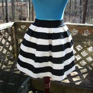 Forever 21  Black & White Textured Skirt